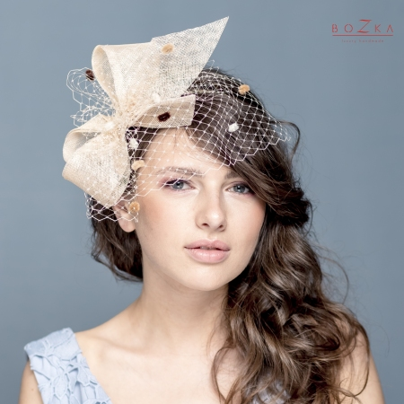 Beige bow fascinator.